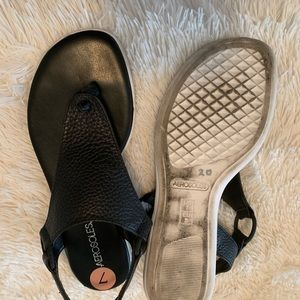 Ladies black leather Aerosole sandals!